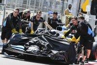 Канализационный люк разбивает машину Расселла в Баку